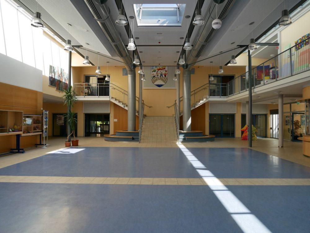 Aula mit Treppe ins Bestandsgebäude